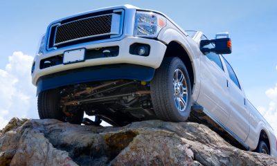 Biała terenówka stojąca na skałach. Offroad na ramie to prawdziwy offroad. Prawdziwa przygoda. Prawdziwy offroad tylko z samochodami na ramie.