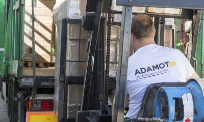 Wózek widłowy w użyciu. Pracownik centrum dystrybucyjnego przygotowuje ładunek do wysyłki. Sprawdź naszą ofertę haków holowniczych.