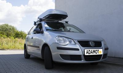VW Polo z dodatkowym akcesorium. Box dachowy HAKR Magic 320 to więcej przestrzeni ładunkowej.