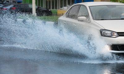 Jak bezpiecznie jeździć w deszczu? jakie zagorżenia czekają na nas na drodze? Kałuże, poślizgi, zaparowane szyby.