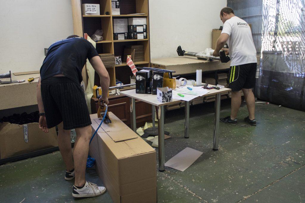 Pracownicy magazynu przechodzą szkolenia z pakowania paczek