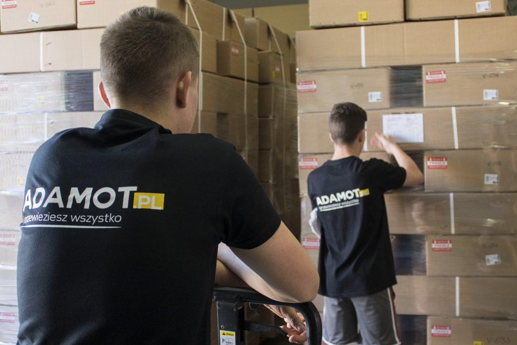 Pracownicy centrum dystrybucjnego pakują towar i przygotowują paczki dla kuriera.