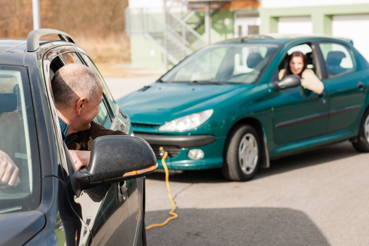 Holowanie samochodu zgodnie z przepisami prawa o ruchu drogowym.