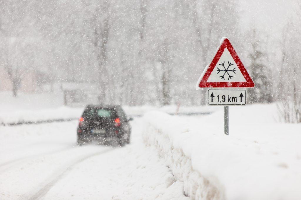 Znak drogowy A-32, z płatkiem śniegu, ostrzega o utrudnieniach na drodze podczas opadów śniegu.