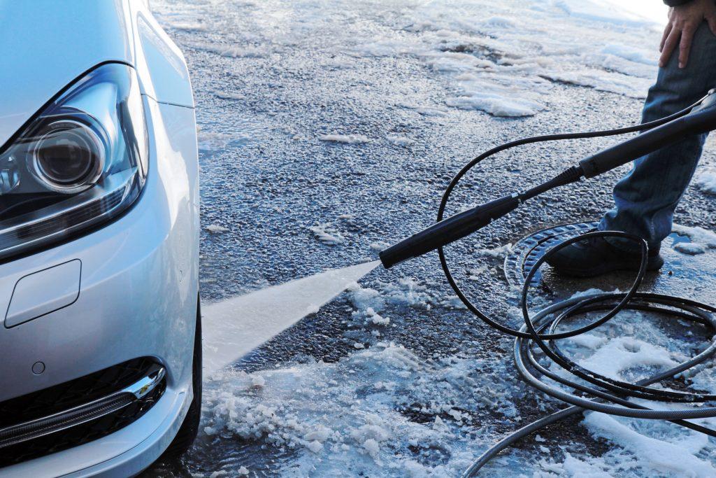 Co radzą producenci samochodów jeśli chodzi o zimową pielegnację? Mycie samochodu w zimie.